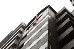 上階の赤い鉄柱が目印です