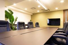 大会議室には壁掛けモニターを設置