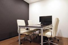 白が基調の小会議室もあります